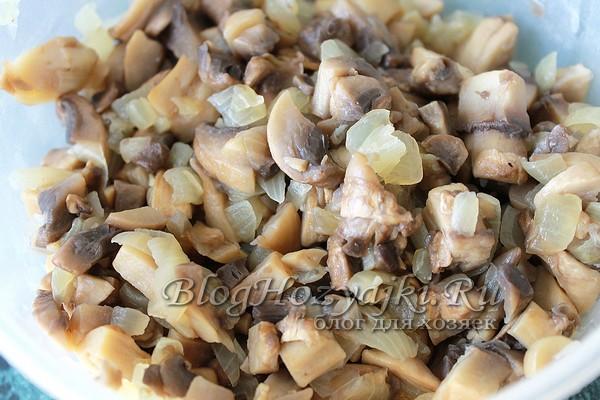 Обжарить грибы и лук
