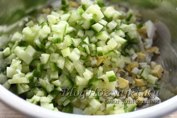 Салат с черемшой, яйцами и огурцами