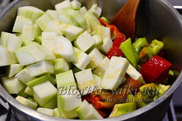 Овощной салат из кабачков, сладкого перца и помидоров на зиму