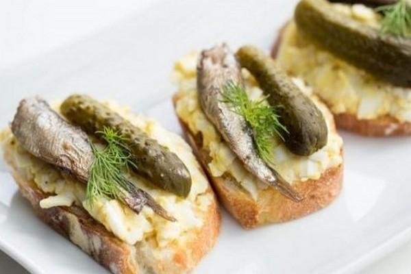 Вкусные бутерброды со шпротами - 7 рецептов на праздничный стол