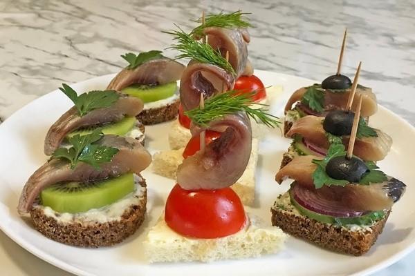 Канапе с селедкой и черным хлебом - 6 вкусных рецептов на праздничный стол