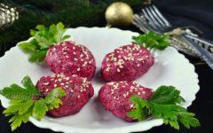 Закуска в виде ягоды клубники из свеклы, картофеля и селедки в начинке