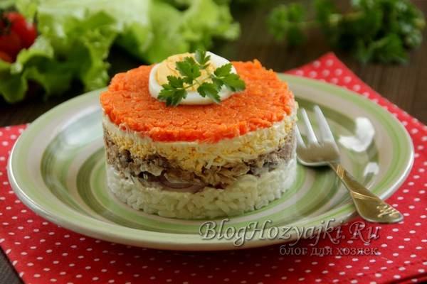 Салат с консервированной сайрой, рисом и яйцом