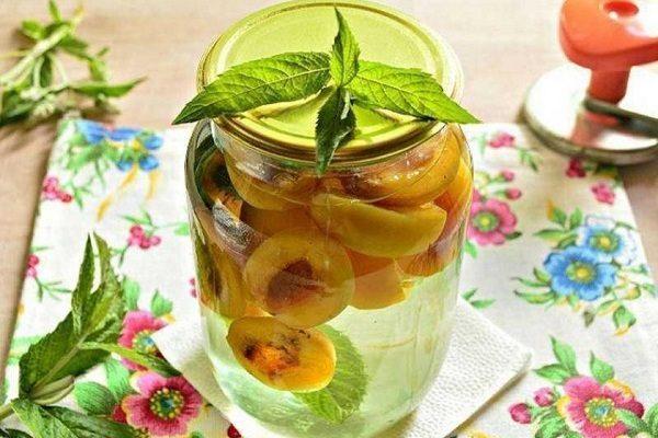 6 простых и вкусных рецептов компота из персиков на зиму